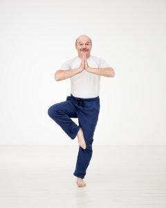 hombre practicando yoga
